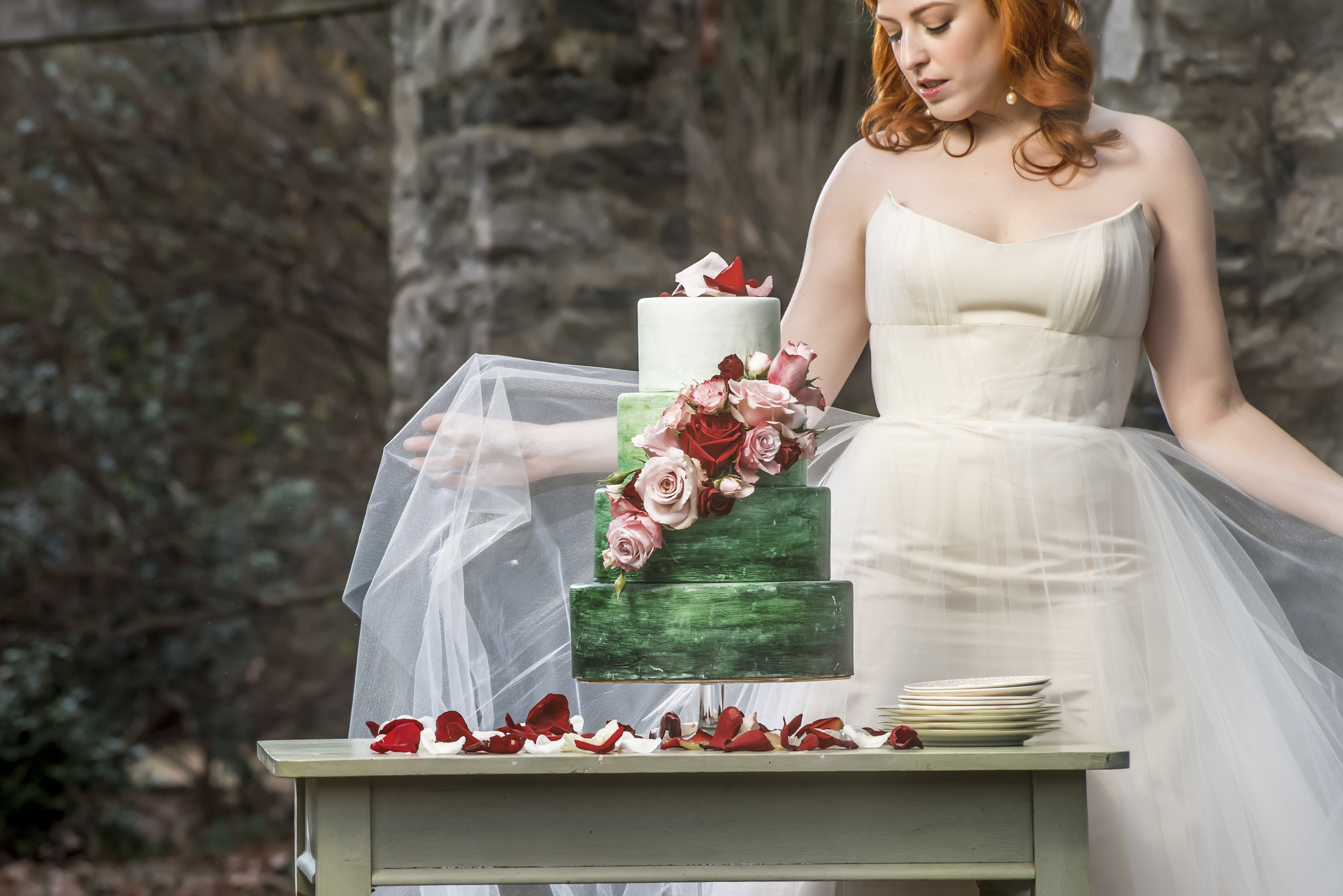 redhead bride in the raleigh rose garden with tiered green watercolor cake photo by Nieto Photography